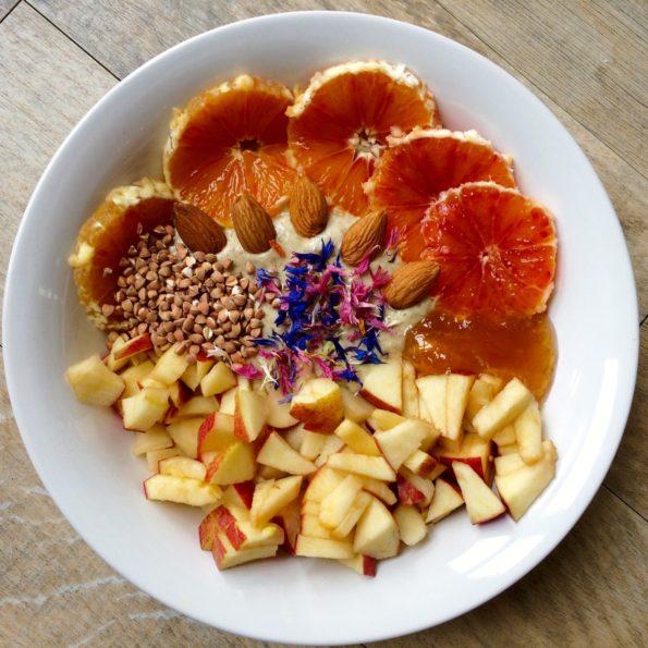 Orange, sarrasin grillé, pomme, pétales de fleurs séchées et confiture à la poire