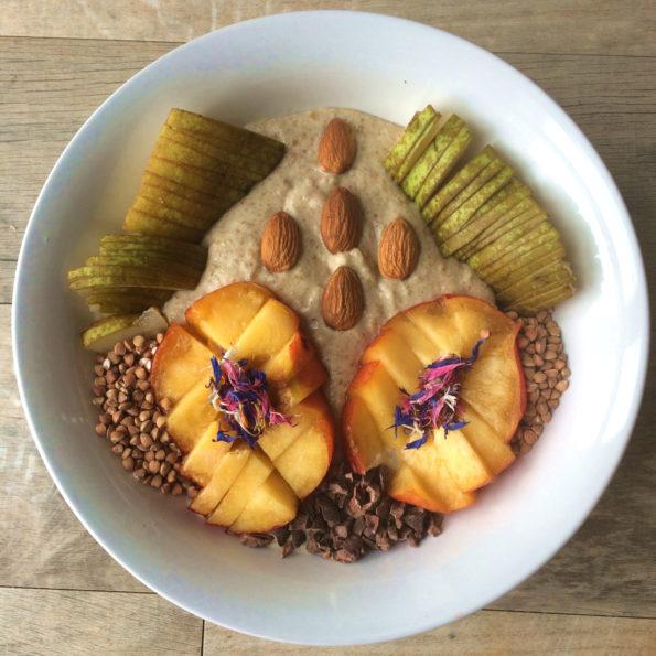 Poire, nectarine, amandes, sarrasin grillé, éclats de fèves de cacao
