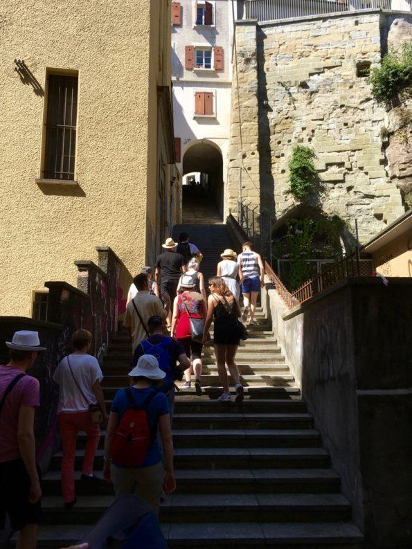 Les escaliers qui relient la rue centrale et la rue de la mercerie